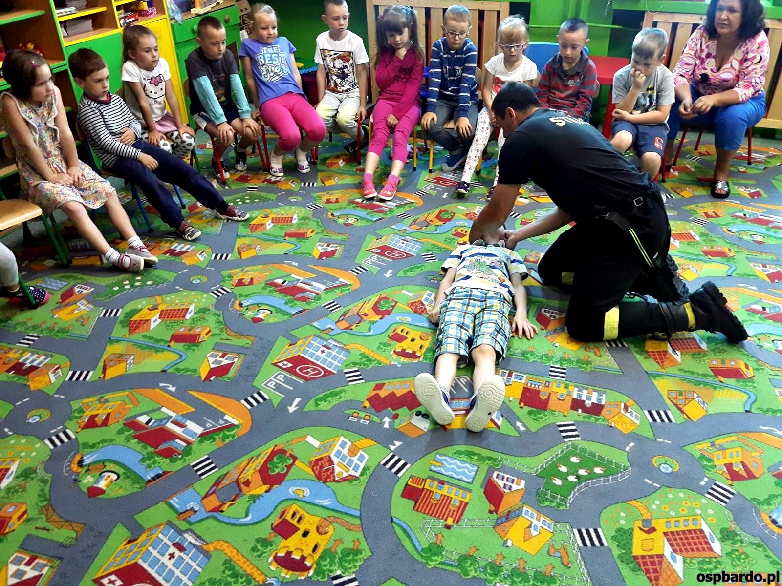Wizyta strażaków w przedszkolu (25)