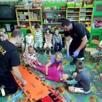 Wizyta strażaków w przedszkolu (6)