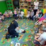 Wizyta strażaków w przedszkolu (8)